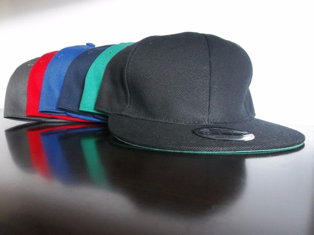 Así que, una vez que las gorras saltaron del mundo del deporte, al que originariamente pertenecían, las podrás ver en todas partes y en cualquier tipo de persona. Y dentro de los distintos tipos de gorras que podemos encontrar en el mercado hoy en día, destacan las gorras planas.